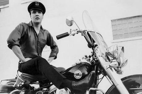 Elvis Presley posando em uma motocicleta Harley-Davidson