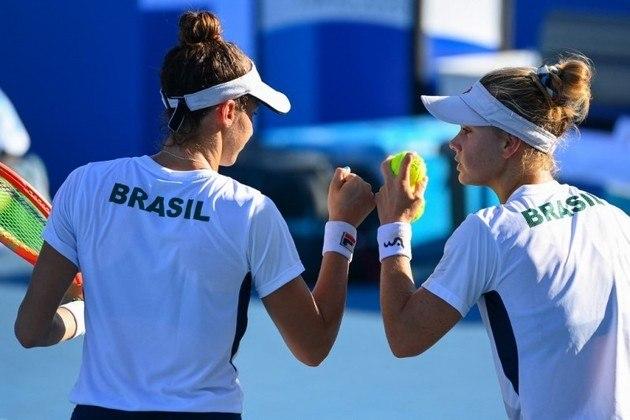 HISTÓRICO! A medalha de bronze conquistada por Laura e Luisa é a primeira da história do tênis brasileiro em Olimpíadas! Nas Olimpíadas de Tóquio, o Brasil agora soma uma medalha de ouro, três pratas e quatro bronzes.