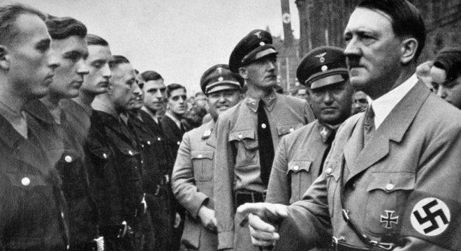 Robert Ley, atrás de Adolf Hitler durante um comício político nazista, tinha uma personalidade complexa