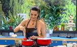 A bela Carla Prata invadiu o Hoje em Dia para preparar um pavê de amêndoas!