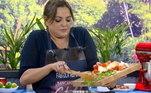 A venenosa Fabíola Reipert também marcou presença na cozinha do programa e mostrou seus dotes culinários!