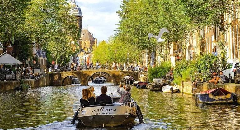 Holanda registra aumento de 66% nos casos diários de covid-19 após suspender uso de máscaras