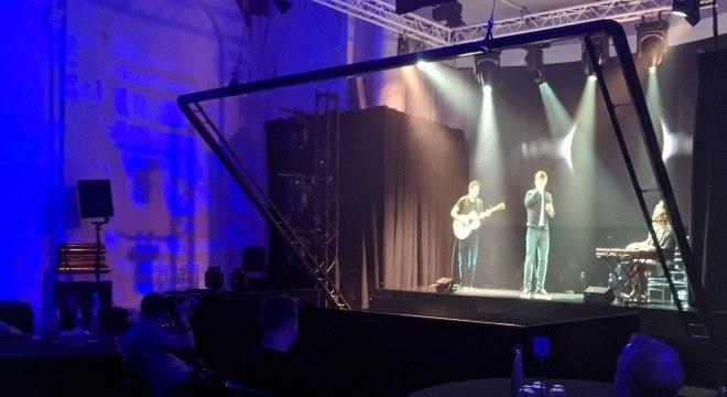 O cantor Dan Olsen, das Ilhas Faroe em show usando a projeção em 3D