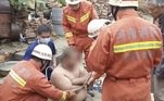 Na Indonésia, governantes ofereceram uma recompensa para quem tirasse um pneu preso no corpo de um crocodilo gigante. O problema é o crocodilo deixar. Veja a história a seguir!