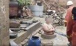 Segundo os familiares dele, Liu tentava encher o poço desativado com madeira e lixo