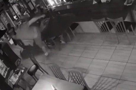 Após se engasgar e tossir, homem é agredido em restaurante