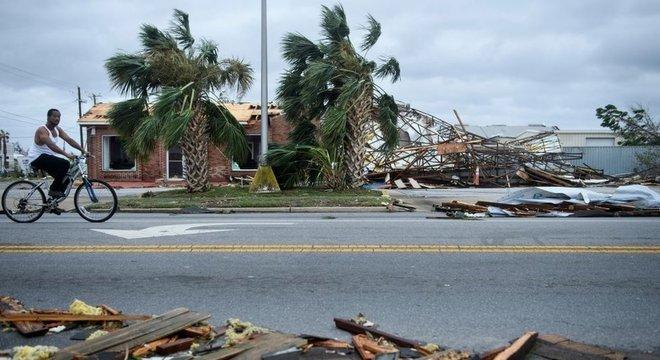 'Os telhados das casas vão voar. Você vai ver casas destruídas', alertou Ken Graham, diretor do Centro Nacional de Furacões, dias antes