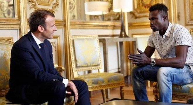 """Depois de resgatar o garoto de 4 anos, Mamoudou Gassama se encontrou com o presidente da França, Emmanuel Macron, que prometeu dar ao """"heroi"""" a cidadania francesa"""