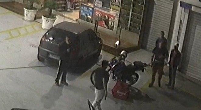 Homem, na parte de baixo da imagem, prestes a atirar em  jovem de 25 anos