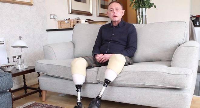 Jaco Nel, de 50 anos, ficou com uma doença horrenda responsável pela amputação das duas pernas dele, além de perder um pedaço do nariz. A infecção resultou em uma Sepse, uma complicação resultante de uma infecção grave. Tudo ocorreu depois dele ser arranhado por um cachorro