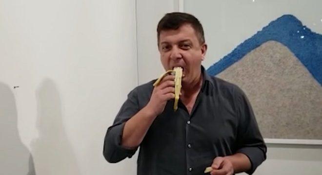 Homem come banana que valia 120 mil dólares em exposição de arte