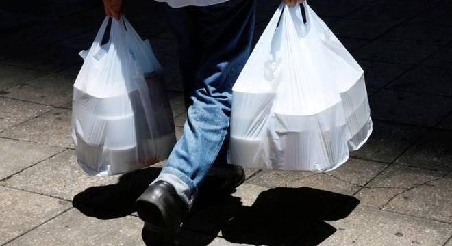 Homem buscando comida em meio à pandemia; delivery, comércio eletrônico e materiais hospitalares descartáveis fizeram uso de plástico explodir