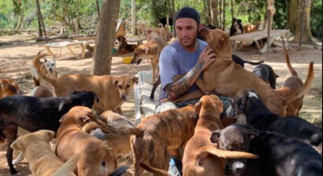 Homem ajuda mais de 300 animais no período de fortes tempestades e furacão no México