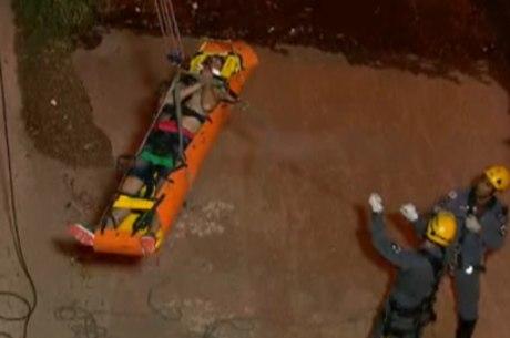 Bombeiros tiveram trabalho para resgatar o rapaz