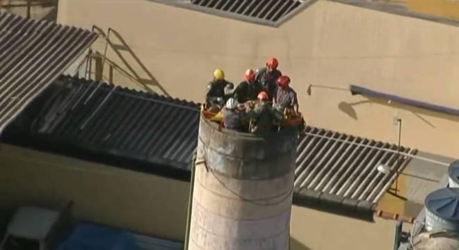 Resgate do homem está sendo efetuado pelo helicóptero da PM