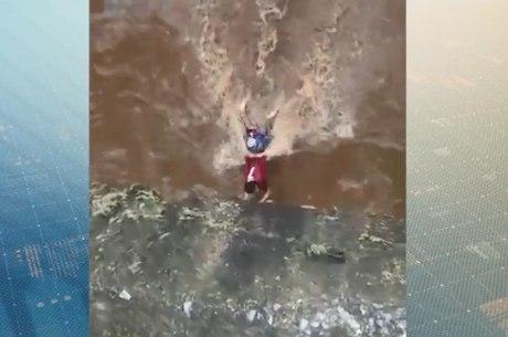 Homem teria caído dentro do rio ao fugir de populares