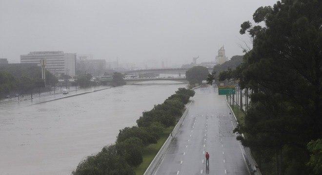 Marginal Tietê ficou interditada na segunda-feira (10) após forte temporal