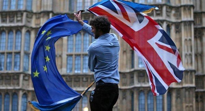 Acordo para o Brexit já foi rejeitado no Parlamento três vezes, e o prazo para a saída do bloco, adiado em duas ocasiões