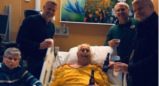 Foto de americano de 87 anos bebendo última cerveja com família um dia antes de morrer recebeu dezenas de milhares de comentários e compartilhamentos nas redes sociais.