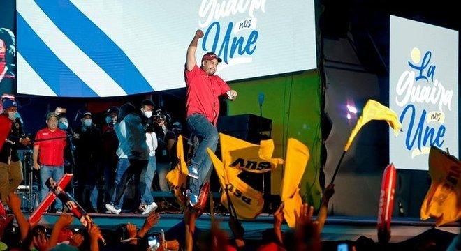 Apoiadores de Maduro comemoraram a vitória, apesar da alta taxa de abstenção