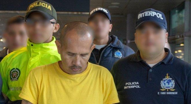 Homem conhecido como 'Lobo Mau' escoltado por policiais. Ele foi condenado a 60 anos de prisão por cometer abusos sexuais contra quase 300 crianças e adolescentes na Colômbia