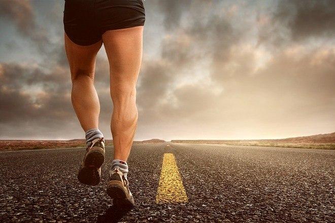 'Fazer atividade física é a única forma realmente eficaz de elevar os níveis de HDL, o colesterol bom, que faz uma verdadeira faxina nos vasos sanguíneos, retirando os excessos de gordura no sangue, abaixando os níveis de LDL, o colesterol ruim', explica o cardiologista Dante Senra, do Hospitais Sírio-Libanês. Segundo ele, o ideal é que se caminhe 150 minutos por semana, parâmetro da OMS para deixar de ser sedentário. Isso equivale a 30 minutos por dia