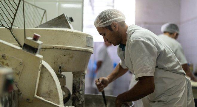 Especialista lembra que muitos brasileiros alternam períodos de desemprego, trabalho informal e com carteira assinada