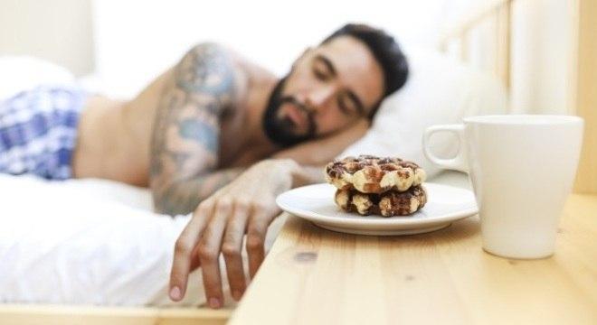 Pessoas que dormem pouco escolhem alimentos mais calóricos