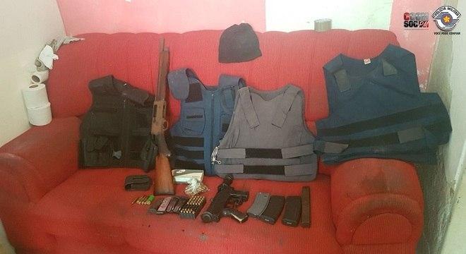 Também foram apreendidos coletes, munições e duas armas de fogo pesado