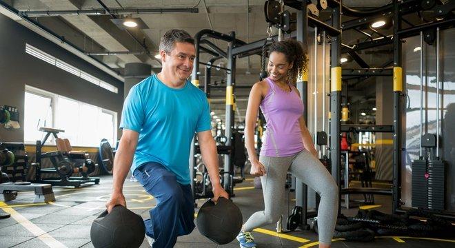 É importante alternar entre exercícios físicos para as partes superior e inferior do corpo