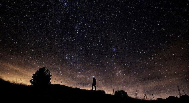 Para ver uma chuva de meteoros, também chamada coloquialmente de chuva de estrelas, você não precisa ter nenhum equipamento especial