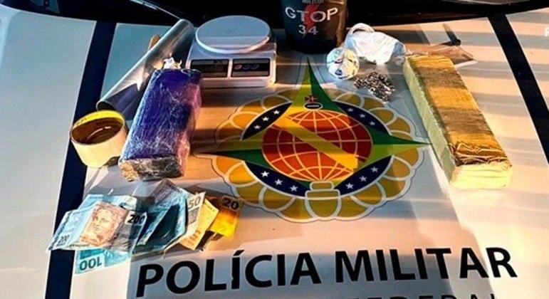 Foram apreendidos 2 kg de maconha, 250g de cocaína, balança de precisão e R$ 577 em dinheiro