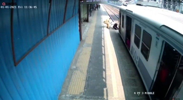 Momento exato em que o policial SB Nikan puxa Gopal Solanski de volta à plataforma
