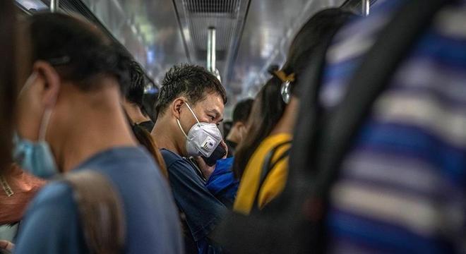 Homem usa máscara no metrô de Pequim, na China, durante horário de pico