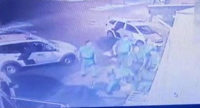 Ao menos quatro policias agrediram o homem, suspeito de roubo