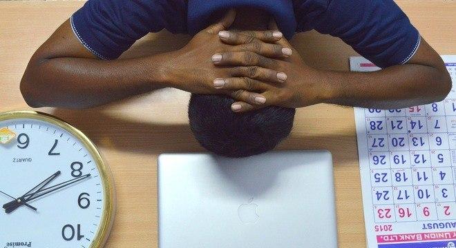 Os primeiros sintomas podem ser dores de cabeça, nas costas e muscular