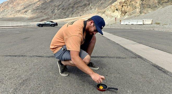 Homem tenta fritar ovo na rua de região considerada muito quente