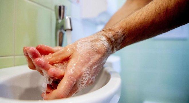 Lavar bem as mãos é a maneira mais eficaz de evitar o contágio