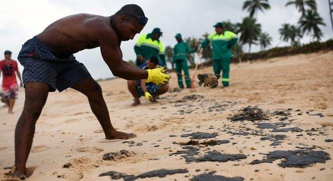 O óleo chegou a várias praias da Bahia, como as do município de Camaçari, a 41 quilômetros de Salvador