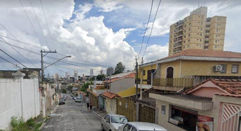 Homem morre soterrado em deslizamento de terra na rua Cinco de Maio, na zona leste de SP