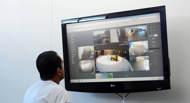 O sargento da reserva da PM Gilson Santos, diretor disciplinar da escola, monitora as imagens de câmeras espalhadas pelas áreas de concentração dos alunos