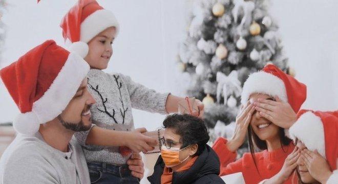 Homem passa por publicidade natalina na Itália; não se recomenda que pessoas de diferentes núcleos familiares passem as festas juntas