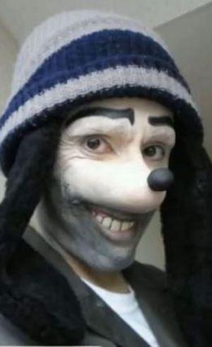 Homem maquiado como o Pateta