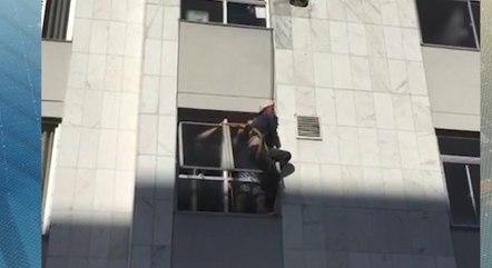 Vítima segurou em janela até ser resgatada