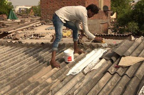 A pintura de telhados com tinta reflexiva branca é apontada como uma das soluções para reduzir o calor, mas ter banheiros internos também é visto como fundamental para deixar as mulheres menos vulneráveis