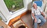 Há cerca de 30 anos, o inglês Colin Steer descobriu um buraco na sala da casa dele, em Devon, Inglaterra. Na época, ele estava para reformar o imóvel e percebeu que o chão afundou levemente no cômodo. Com três filhos pequenos em casa, a mulher dele pediu para a abertura fosse lacrada em segurança, para evitar acidentes