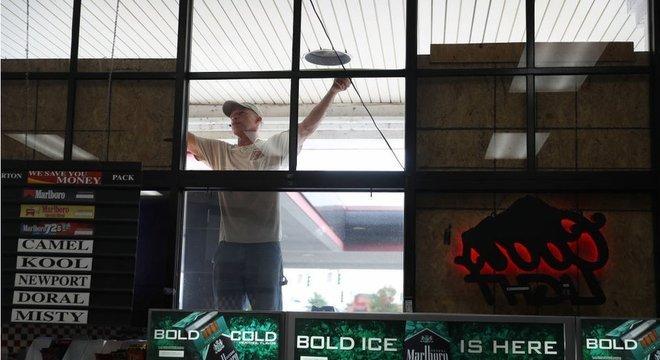 Homem protege seu estabelecimento por passagem de furacão Laura