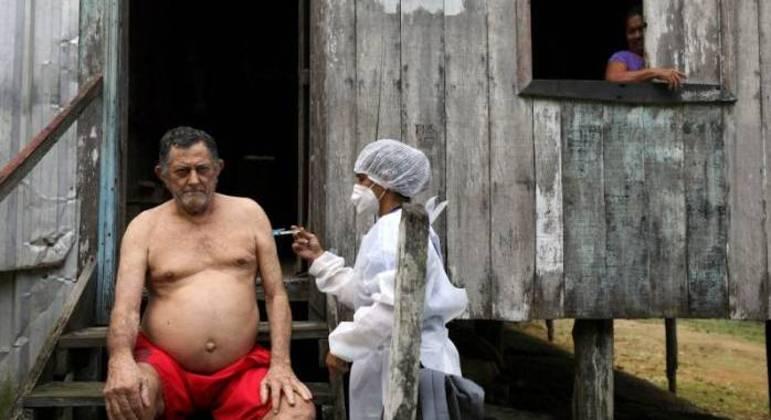 Ribeirinho do interior do Amazonas é vacinado na porta de sua casa de palafita