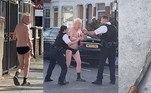 Um vídeo um tanto doido, mas perfeitamente comum para 2020, mostra um sujeito de terceira idade usando apenas cueca e Crocs, andando normalmente pelas ruas de Londres e ameaçando policiais com um facão