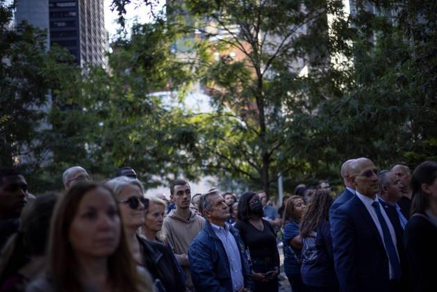 Funcionários do FBI homenagearam as vítimas do atentado das Torres Gêmeas nesta sexta-feira (10), véspera do aniversário de 20 anos do ataque terrorista, em uma cerimônia particular no Memorial e Museu Nacional do 11 de setembro, em Nova York